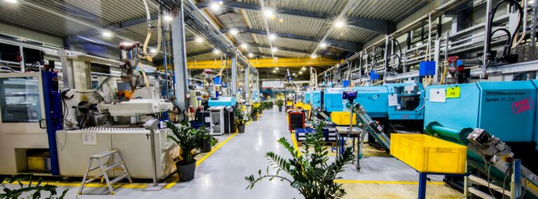 Über 34 Spritzgießmaschinen mit Schließkräften von 60 bis 15.000 kN verfügt das Unternehmen.